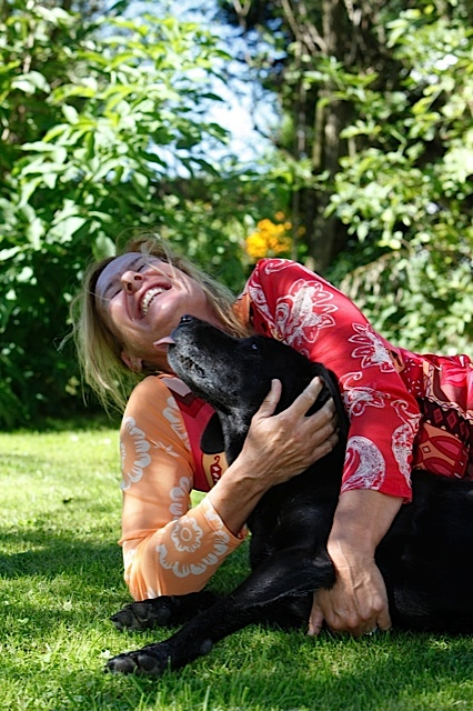 Fast-Cover, Luna und Shirley im Garten