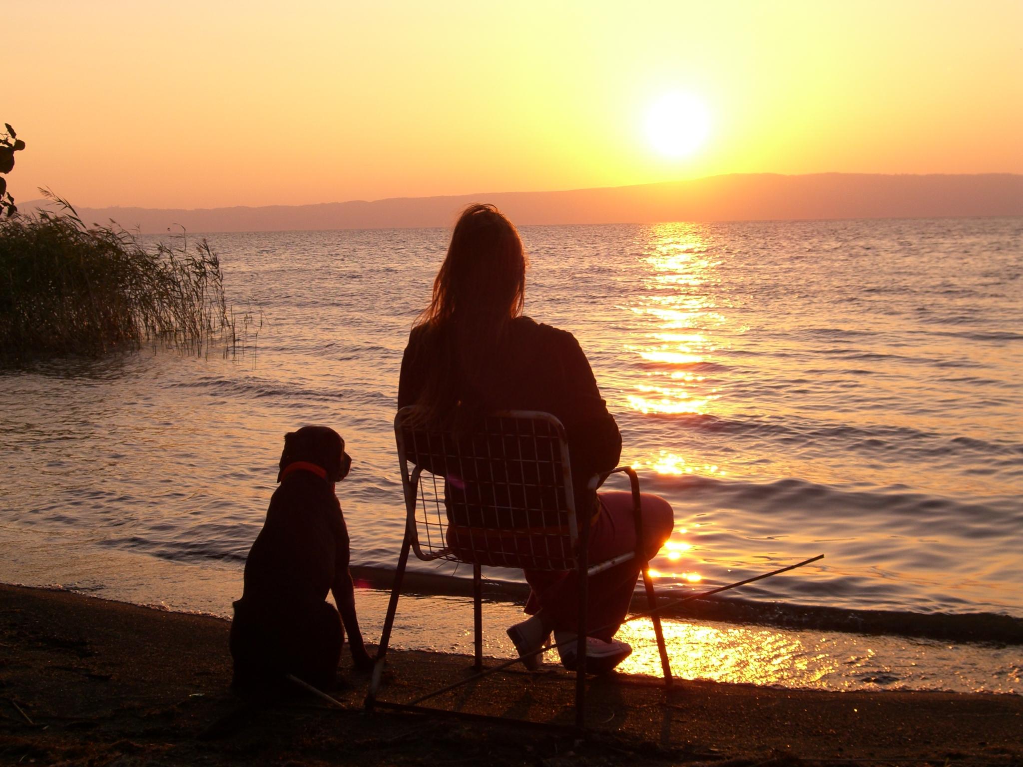 Frau mit Hund am See, Sonnenuntergang, Michaela Seul und Luna bei Sonnenuntergang am See, flipper-privat.de