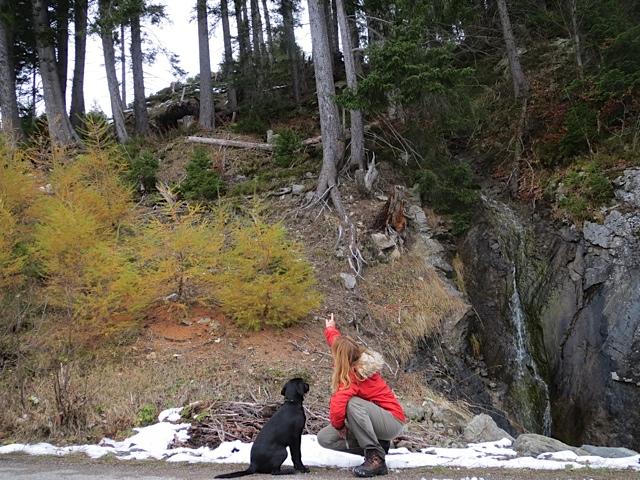 Autorin Michaela Seul und ihre Labrador Hündin Miss Lomax beim Wandern, flipper-privat.de