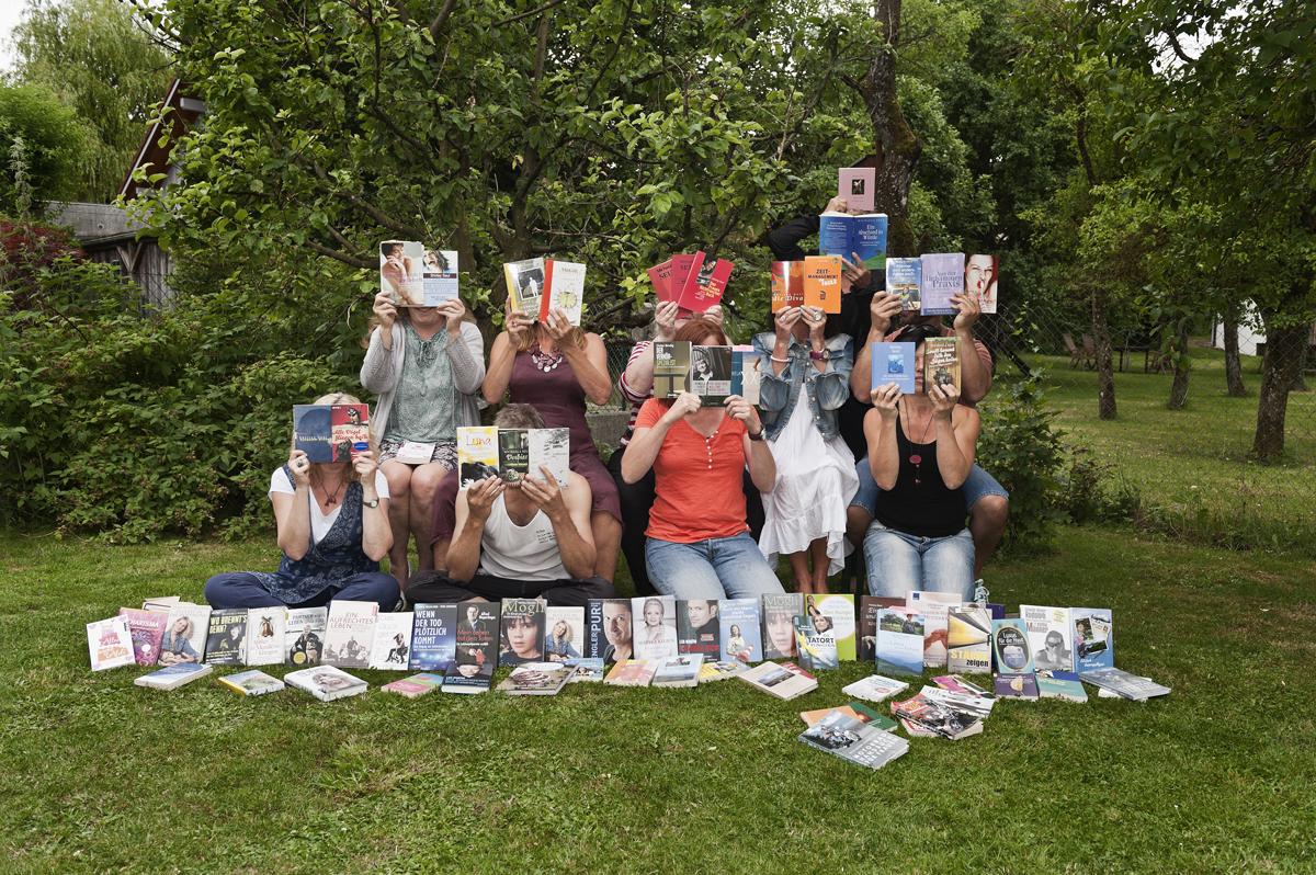 Hier halten die Leser der Autorin Shirley Michaela Seul einige Bücher in den Händen und sind somit Buchhalter