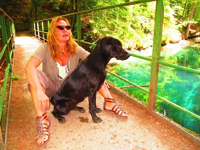 Die Autorin Shirley Michaela Seul sitzt mit ihrem Hund Miss Lomax, einem Labrador, auf einer Brücke und denkt über einen Blogeintrag in ihrem Hundeblog www.flipper-privat.de nach