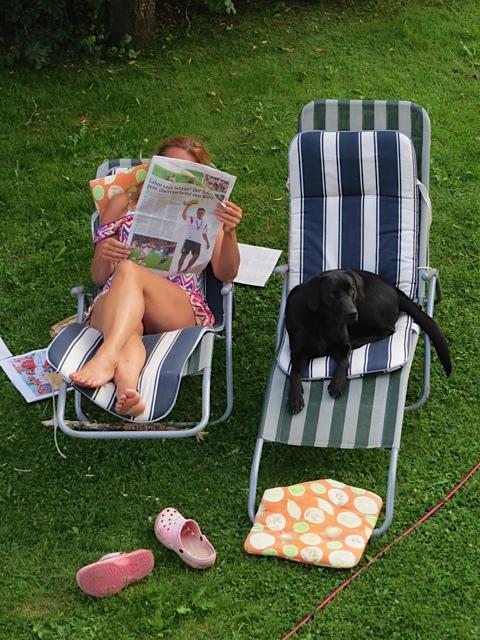 Während die Autorin Michaela Seul, die auch einen Hundeblog führt unter www.flipper-privat.de die Abendzeitung im Liegestuhl liest, schaut ihr Hund der Labrador Miss Lomax in die Röhre, wie soll einer Muse da was einfallen