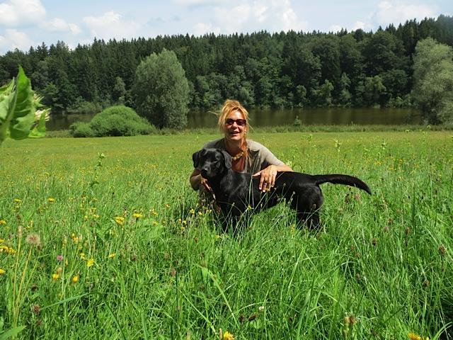 Miss Lomax, hier am Windachspeichersee, ist ein schwarzer Labrador und gern im Wald unterwegs wie auch in ihrem eigenen Hundeblog www.flipper-privat.de den sie als Muse der Schriftstellerin Shirley Michaela Seul führ
