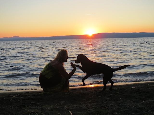 Miss Lomax macht Gimmi five mit ihrem Frauchen, der Schriftstellerin Shirley Michaela Seul, für die sie auch einen Hundeblog führt unter www.flipper-privat.de und sie sind am Bolsena See in Italien