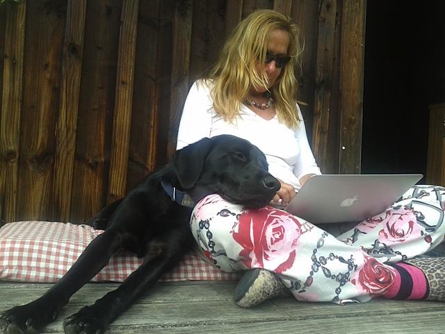 Was für ein hartes Hundeleben als Muse der Schriftstellerin Michaela Seul, die auch noch einen Blog führen muss unter www.flipper-privat.de