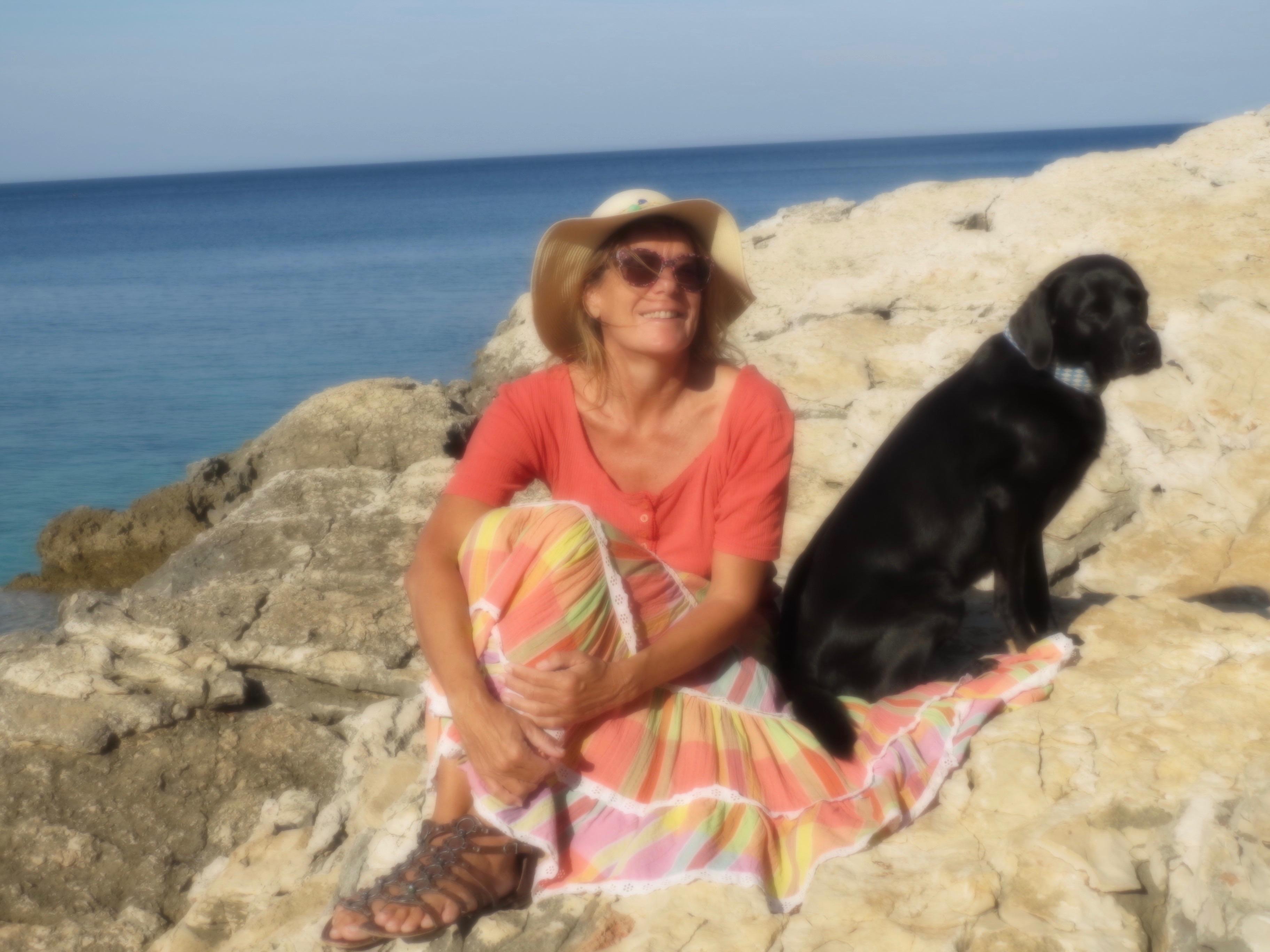 Frau mit Hut am Meer auf www.flipper-privat.de